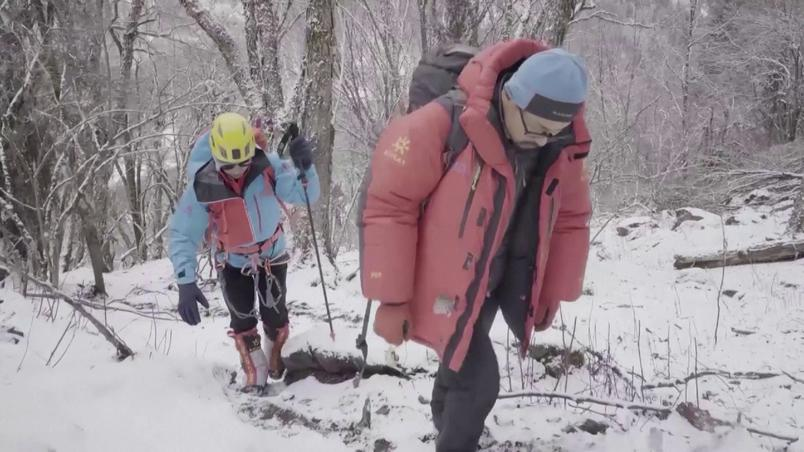 Zhang Hong (E) became the third blind person to conquer Everest