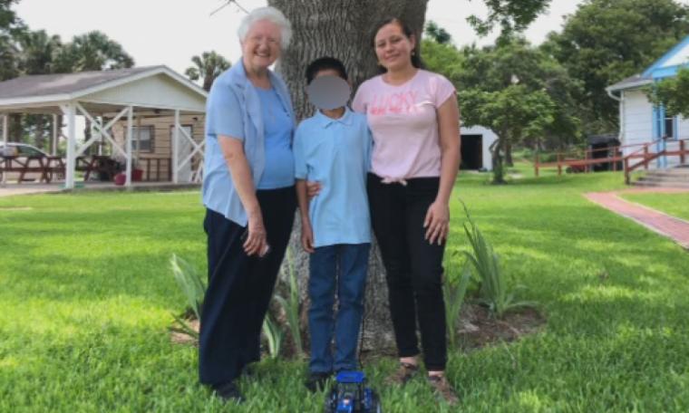 Menino de 10 anos abandonado na fronteira dos EUA reencontra a mãe