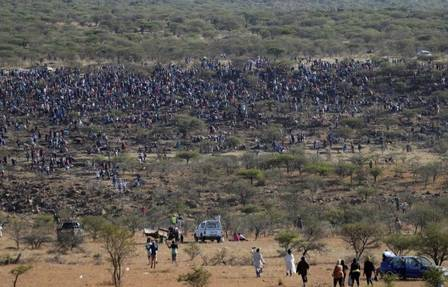 Hundreds of people look for 'diamonds' in South Africa