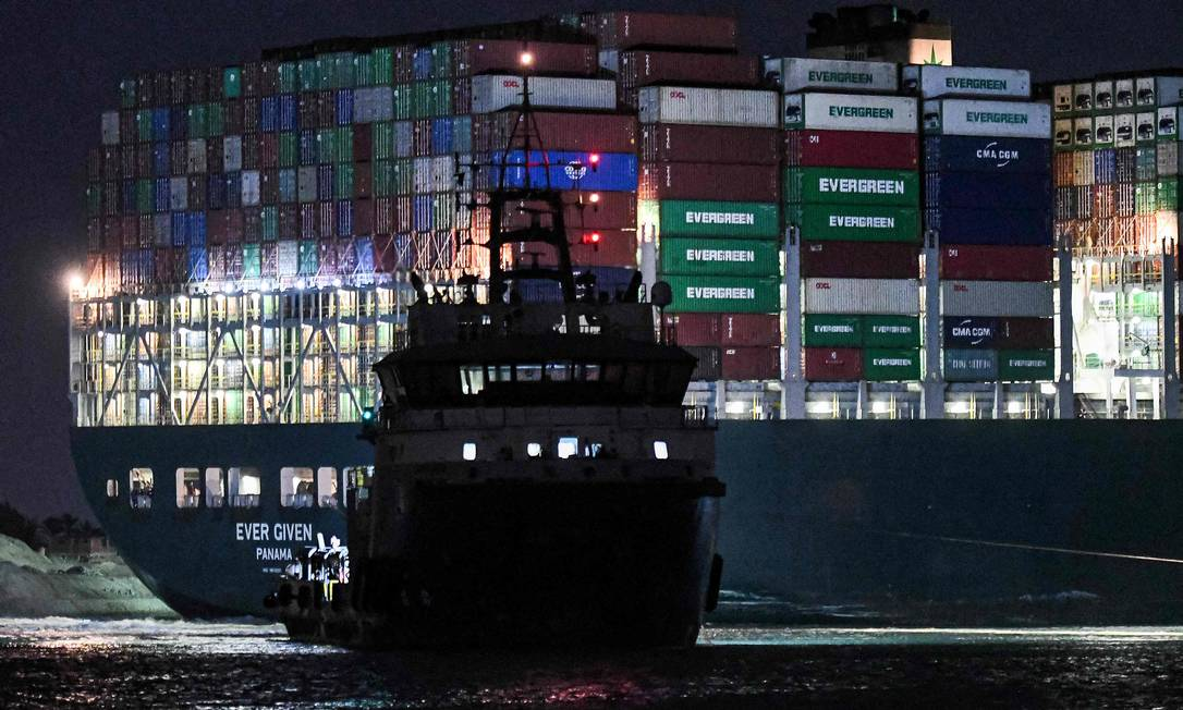 Tug works overnight to unpin giant cargo ship Photo: Ahmed Hassan / AFP