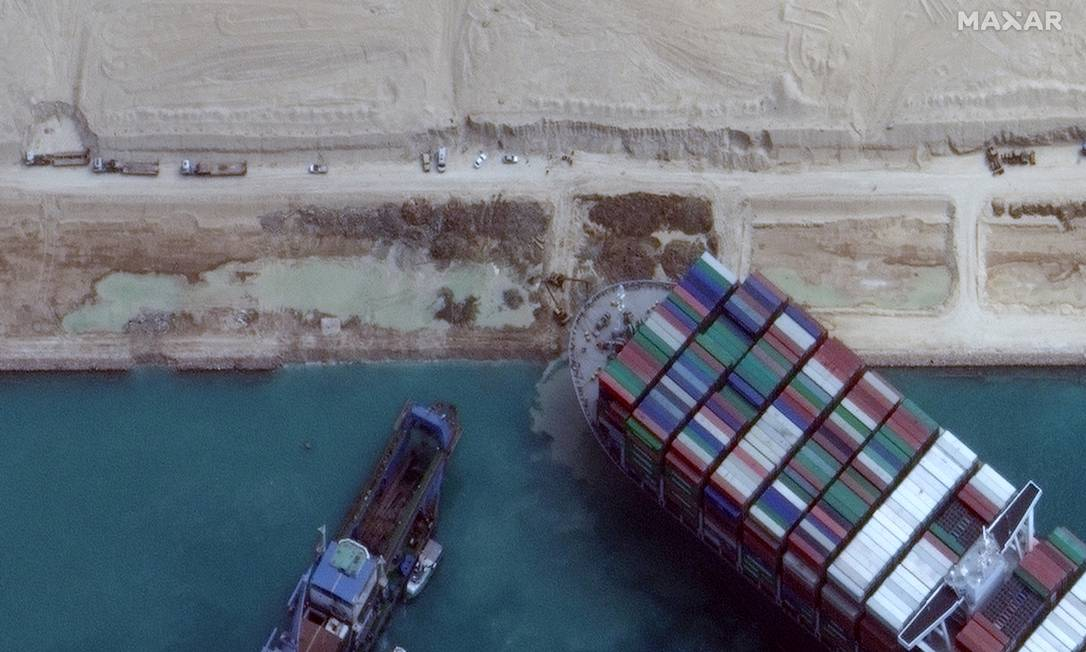A huge ship got stuck, crossed the Suez Canal and stopped on one of the world's most important trade routes.  Photo: via Maxar Technologies/Reuters