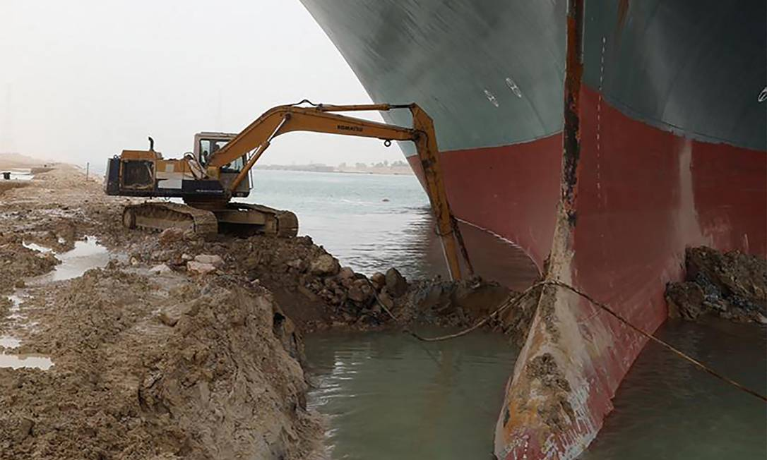 Excavation was used to remove the ship's bulb, which reached the banks of the Suez Canal. Photo:- / AFP