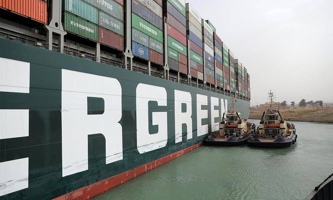 Egyptian tugboat MV Ever Given (Evergreen) works to release photo :- / AFP