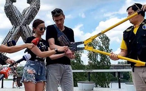 Corrente foi cortada por tesoura industrial, durante uma cerimônia em Kiev