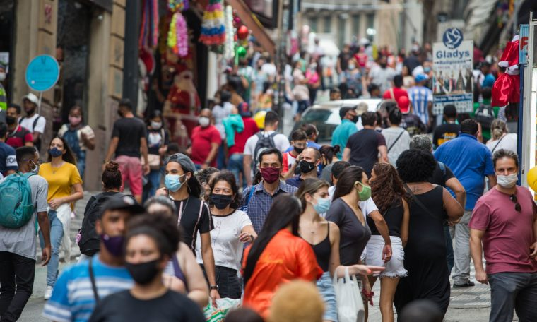 Movimentação na região da 25 de março, em São Paulo, em meio à pandemia da Covid