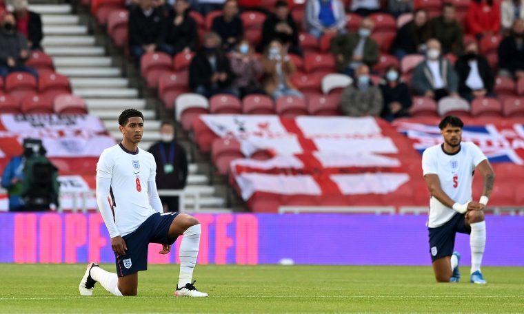 Jogadores da Inglaterra ajoelham em protesto