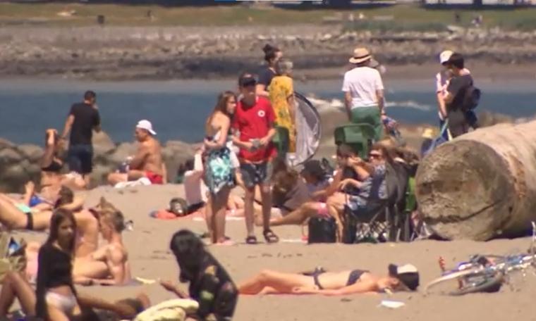 Pessoas em praia de British Columbia, no Canadá, durante onda de calor