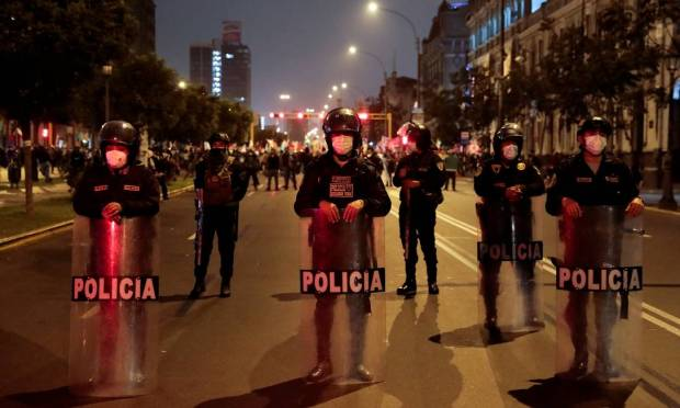 Police blockade a street to prevent clashes between supporters of candidate candidates Keiko Fujimori and Pedro Castillo in Lima, Peru Photo: Alessandro CINQUE / REUTERS