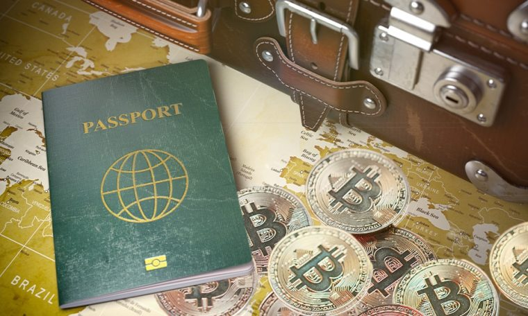 Pasaporte con bitcoins y mapa.