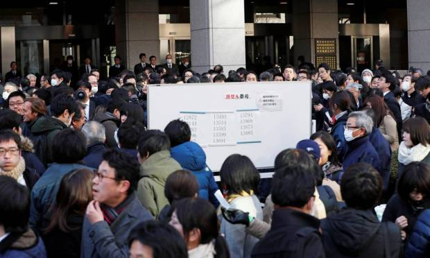 Crowds in front of the Tokyo Courthouse where Carlos Ghosn testified for the first time since his arrest.  There was a queue of more than a thousand people.  Photo: Kim Kyung-hoon / Reuters