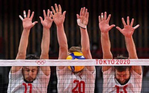 Polish blockade created by Fabian Drizzyga, Mateusz Bieniec and Michal Kubiak against the Venezuelan team's attack on men's volleyball Photo: Angela Weiss / AFP