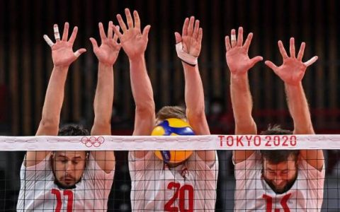 The Polish blockade created by Fabian Drizzyga, Mateusz Bieniec and Michal Kubiak against the attack of the Venezuelan team on men's volleyball Photo: Angela Weiss / AFP