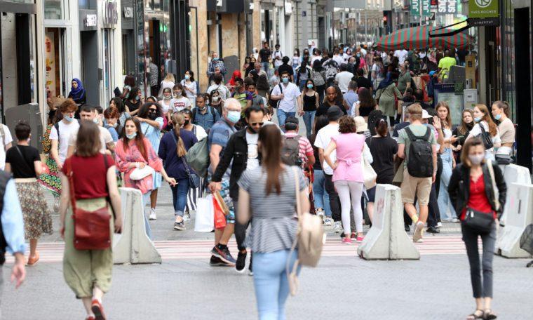 Cidadãos caminham em Bruxelas, Bélgica