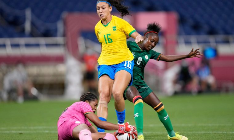 Bia Zaneratto disputa bola com Hazel Nali, goleira de Zâmbia