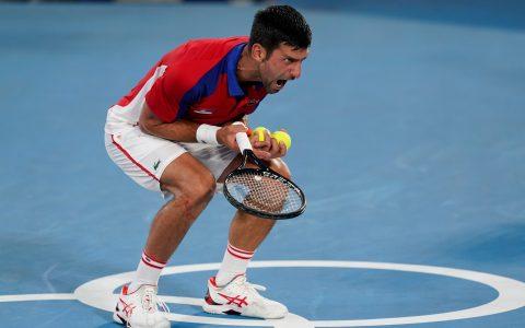 Djokovic se irrita ao errar lance contra Alexander Zverev em semifinal em Tóquio