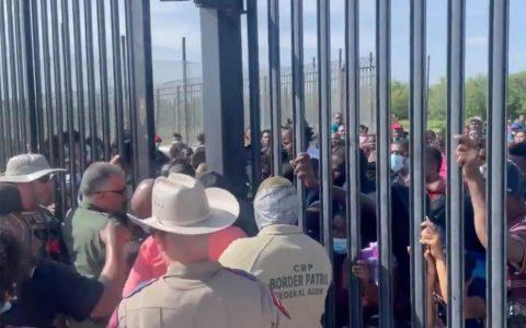 """Centenas de imigrantes tentam forçar entrada nos EUA e """"passar por cima de agentes"""" na fronteira"""