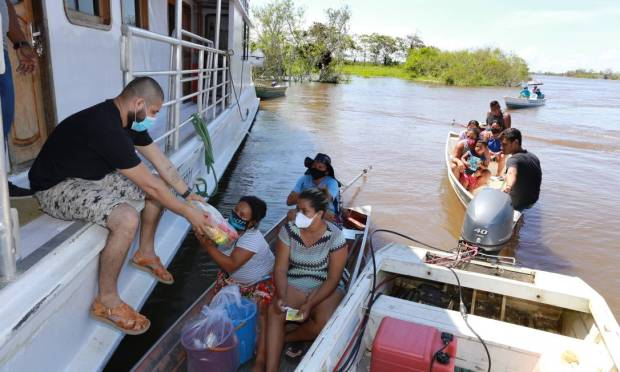 Original baskets are distributed by boat to individual residents of the community of Santa Luzia, Iranduba. Photo: Yuzivaldo Queiroz / Agnia o Globo