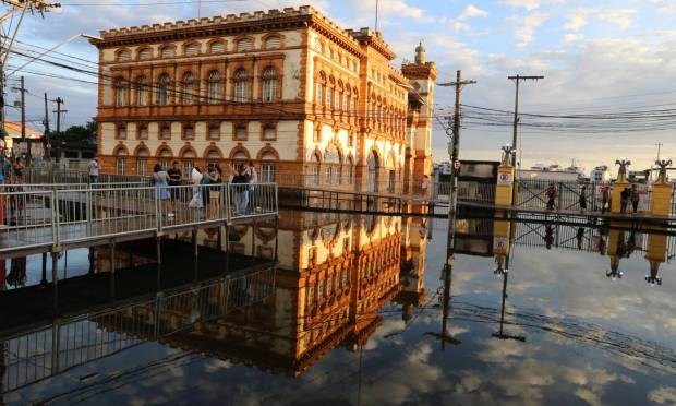 The central area of Manaus near the port is flooded. Photo: Agencia o Globo