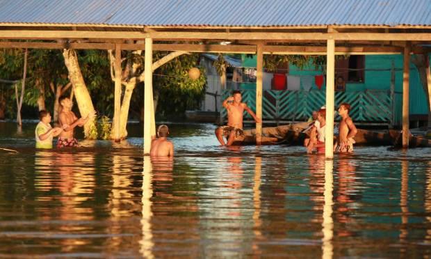 On Ilha do Marrecao in Manacapur, floods drain water to waist level where it is usually dry. Photo: Yuzivaldo Queiroz / Agencia o Globo