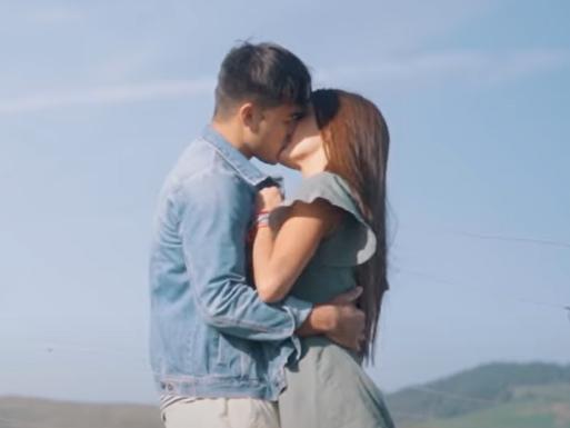 "Now United: veja bastidores das cenas de beijo no making of de ""Love, Love, Love"""