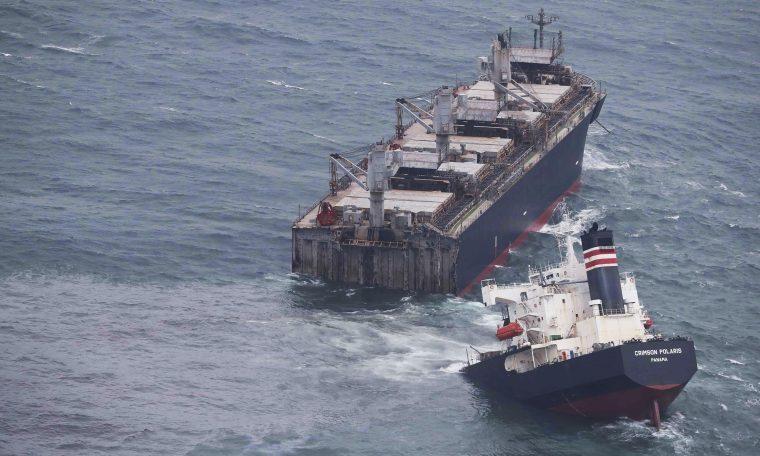 Navio partiu em dois na costa do Japão