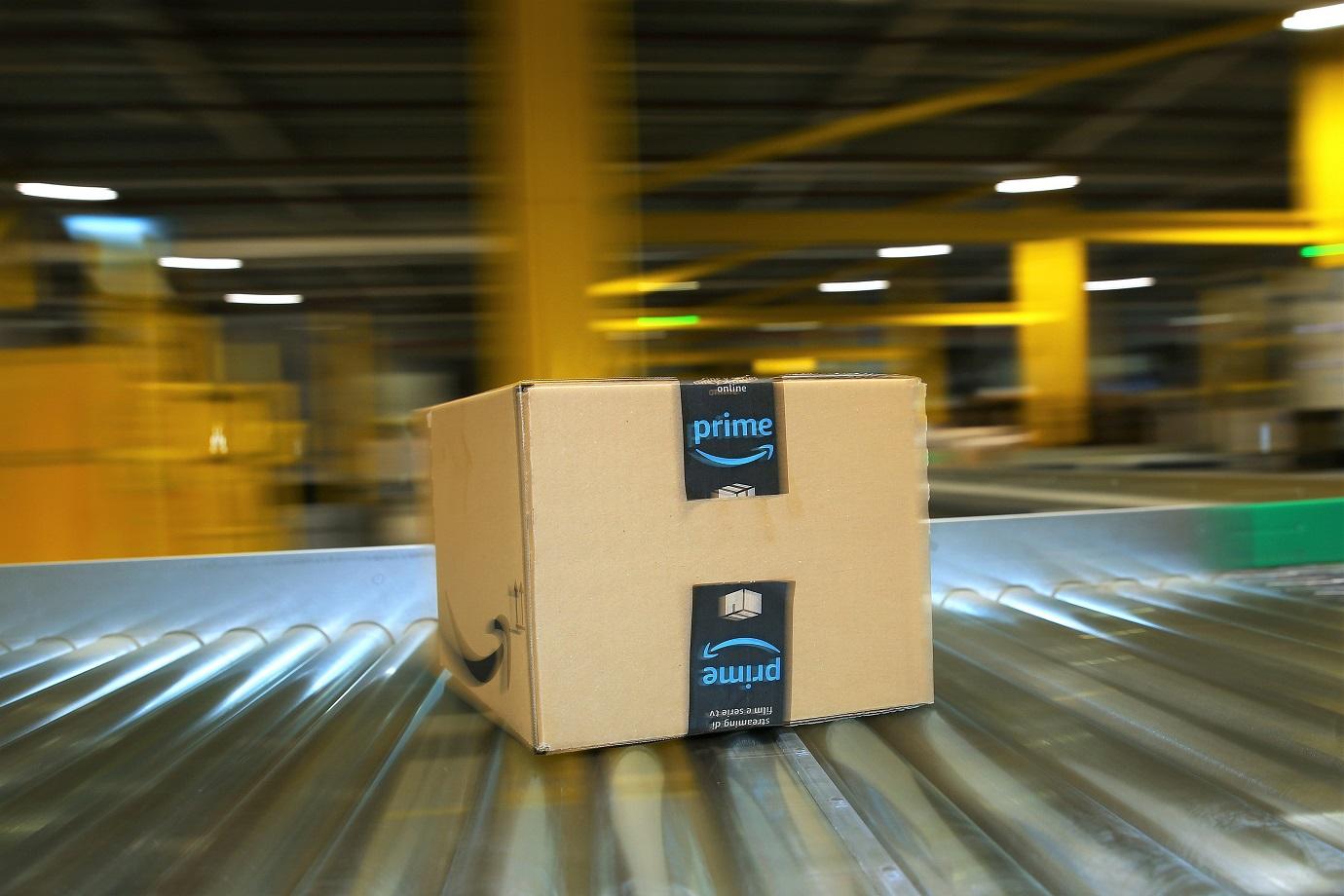 Caixa de entrega da Amazon. (Reprodução/Ronny Hartmann/Picture Alliance/Getty Images)