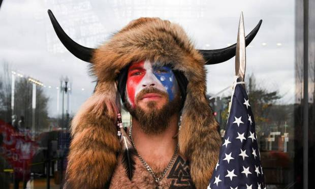 Jacob Anthony Chansley.  Also known as Jake Angeli, 32-year-old from Arizona, was arrested late Saturday (9).  Considered a symbol of the Capitol invasion because of his characterization, the radical Trumpist voluntarily presented himself to authorities in Washington.  During the invasion, Jake, a QAnon conspiracy theorist, had his face painted in the colors of the American flag and wore a fur hat with horns.  Photo: Stephanie Keith / Reuters