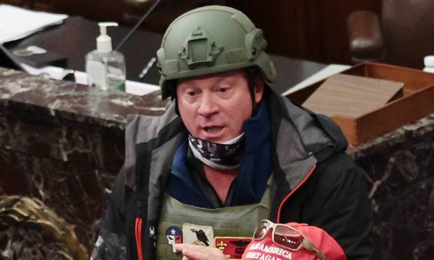 Larry Rendell Brock, 53, was arrested after his ex-wife reported it to the FBI.  A Texan, he surrendered to agents on Sunday (10).  Brock, who appeared in photographs registered at the Senate House, was wearing a green helmet and a bulletproof vest.  He is a retired US Air Force lieutenant colonel. Photo: Vin McNamee /