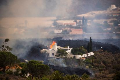 Lava engulfed a house in El Paraíso this Monday.