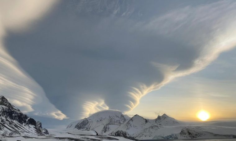 Lenticular clouds are seen in Antarctica;  Understand what they are and under what conditions.  Climate