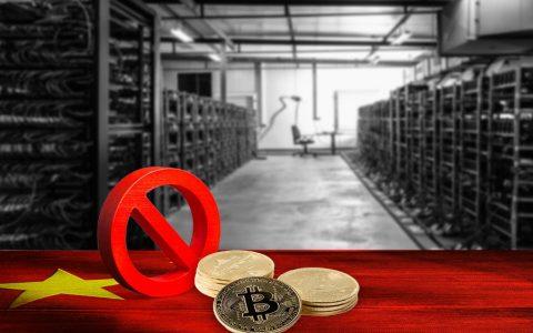 BTC prohibido y minería con bandera de China.