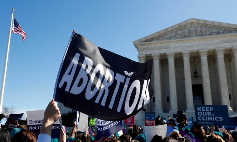 Protesto a favor do direito ao aborto em frente ao prédio da Suprema Corte dos EUA, em Washington